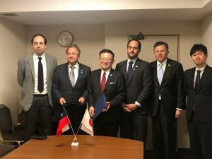 アジャレス駐日チリ共和国大使(右から2人目)